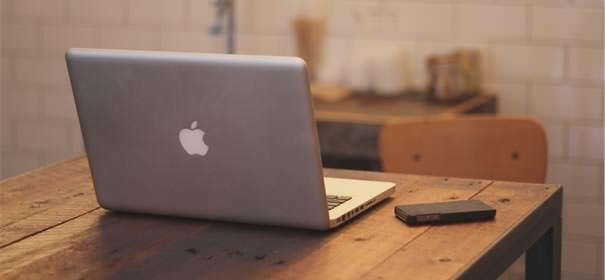 MacBookとiPhoneが並んだ画像