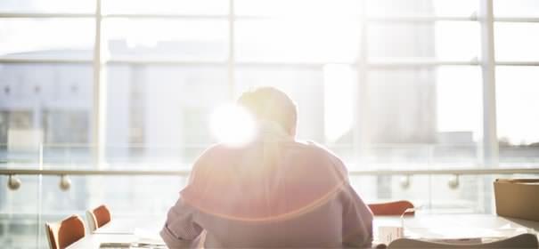 窓際に座る男性の画像